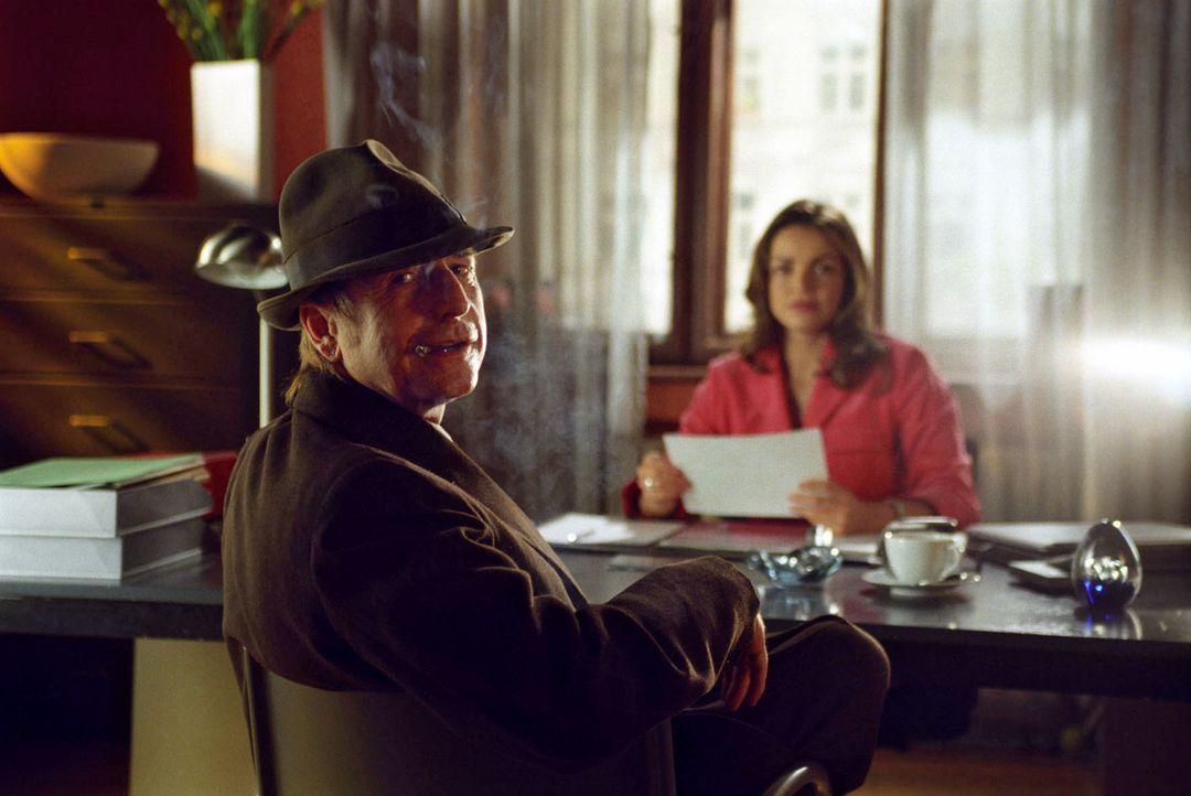 Edgar Ulmer (Martin Semmelrogge, l.), gewiefter Privatdetektiv, hält Sandra (Rebecca Immanuel, r.) auf Trab. Er wurde von der Polizei dabei beobacht... - Bildquelle: Hardy Spitz Sat.1