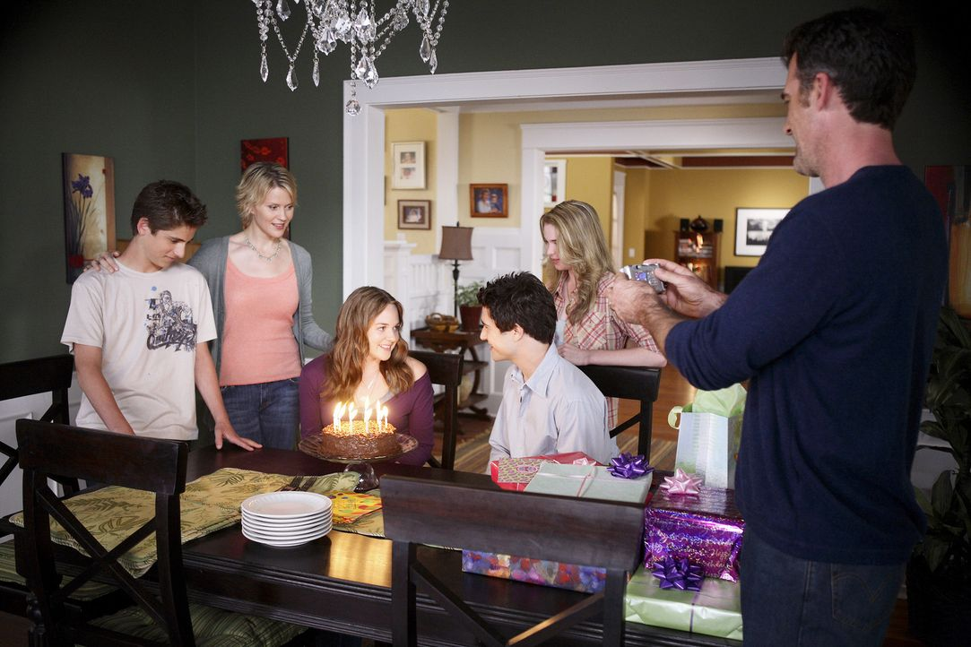 Kyle (Matt Dallas, 3.v.l.), Stephen (Bruce Thomas, r.), Amanda (Kirsten Prout, 2.v.r.), Nicole (Marguerite MacIntyre, 2.v.l.) und Josh (Jean-Luc Bil... - Bildquelle: TOUCHSTONE TELEVISION
