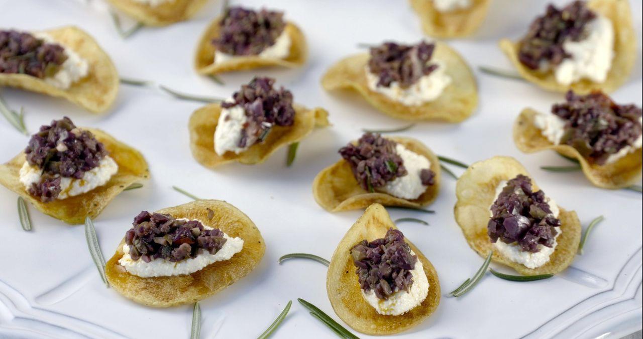 Mit Ziegenkäse auf einem Kartoffelchip und einer Tapenade aus Oliven verwöhnt Giada die Gaumen ihrer Gäste ... - Bildquelle: 2015,Television Food Network, G.P. All Rights Reserved