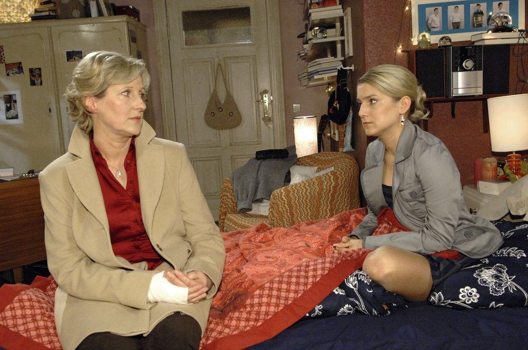 Susanne (Heike Jonca, l.) versucht Anna (Jeanette Biedermann, r.) ihre Gefühlslage zu erklären ... - Bildquelle: Claudius Pflug Sat.1