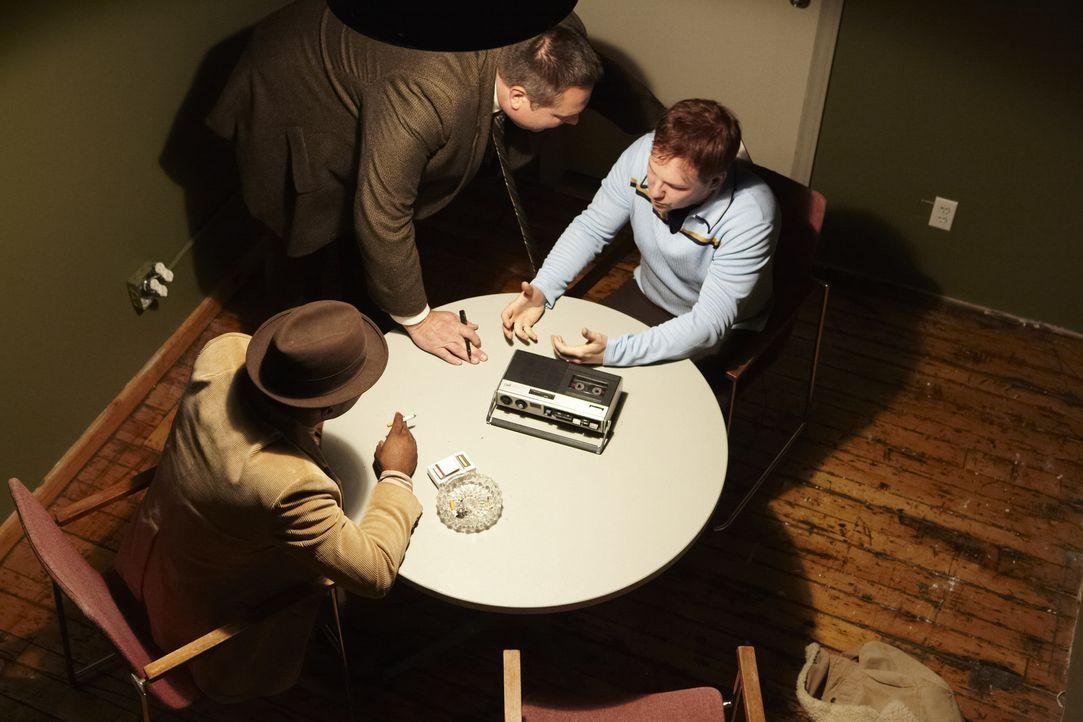 Die Detectives Williams (Dwayne Edwards, l.) und Detective Grabowski (Ed Valtenberg, M.) verdächtigen nach dem brutalen Mord an der zweifachen Mutte... - Bildquelle: Jag Gundu Cineflix 2012