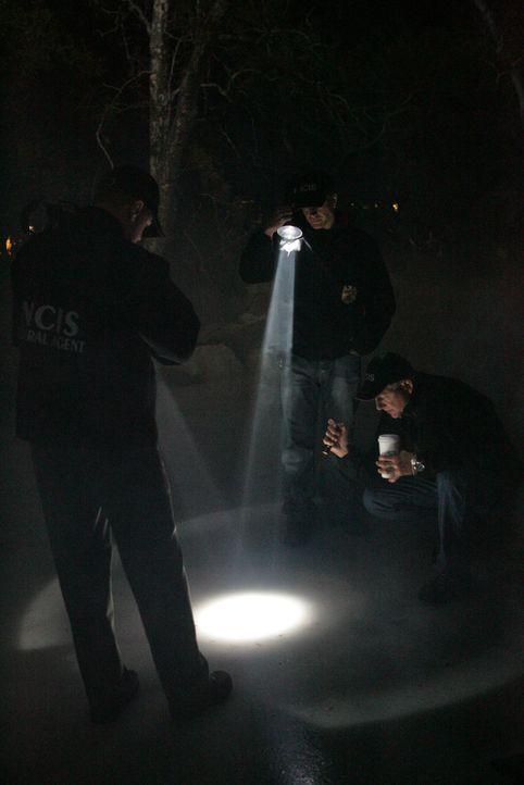Als ein paar Kinder einen zugefrorenen Teich überqueren, entdecken sie unter dem Eis einen toten Marine. McGee (Sean Murray, l.), Gibbs (Mark Harmo... - Bildquelle: CBS Television