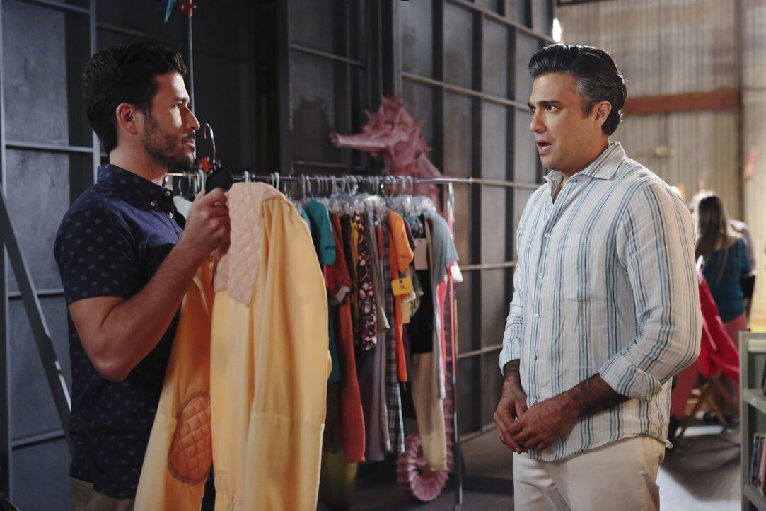 Ist nicht zufrieden mit seiner neuen Rolle: Rogelio (Jaime Camil, r.) - Bildquelle: 2014 The CW Network, LLC. All rights reserved.