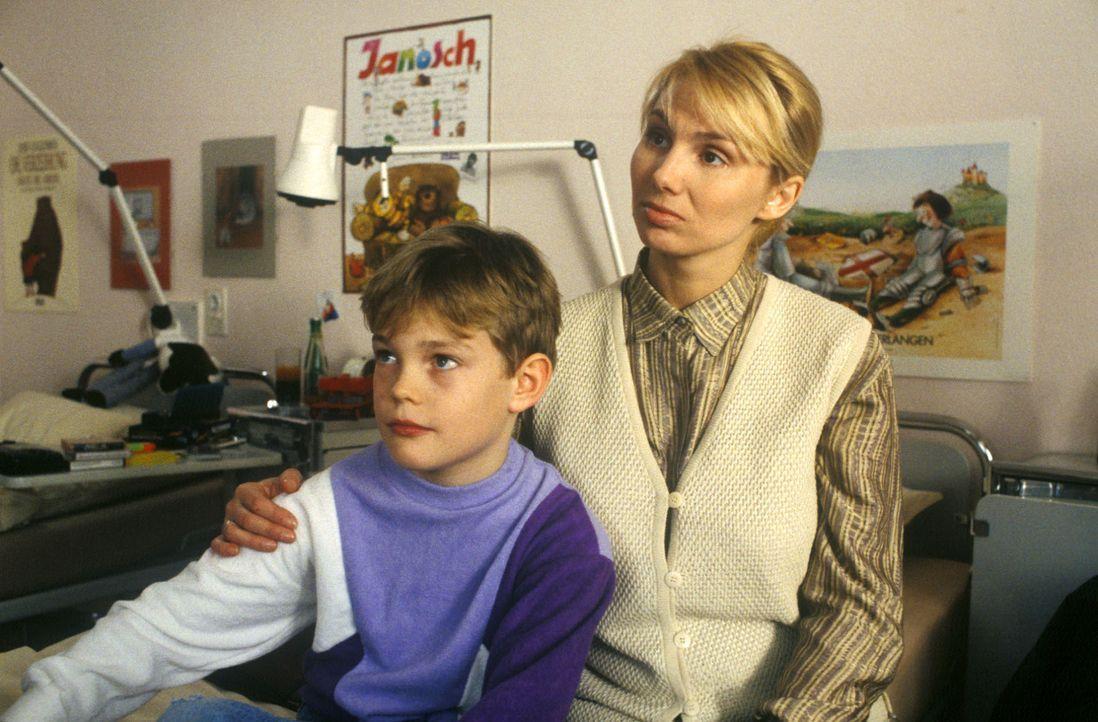 Frau Siebert (Dolly Dollar, r.) will Dr. Kampmann nicht sagen, warum sie die Nachoperation ihres Sohnes Marcel (Benjamin Rausch, l.) wieder in die H... - Bildquelle: Bernd Spauke Sat.1
