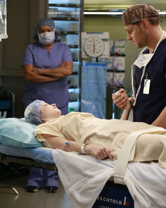 Maya (Samantha Isler, l.) hofft, dass Alex (Justin Chambers, r.) helfen kann. Doch wird er das wirklich? - Bildquelle: Michael Hassan ABC Studios