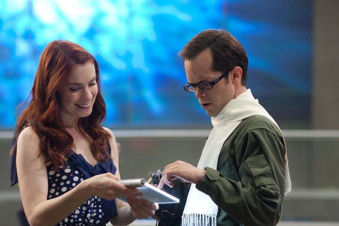 Holly (Felicia Day, l.) erzählt Fargo (Neil Grayston, r.) von ihren neuen Forschungsplänen, die ihn doch etwas überraschen ... - Bildquelle: Universal Television
