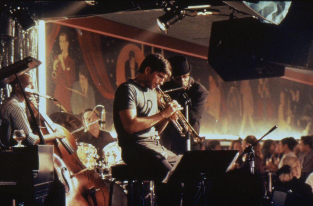 Die Musik hilft Catch (James Caviezel) seine Vergangenheit zu vergessen ... - Bildquelle: Warner Bros.