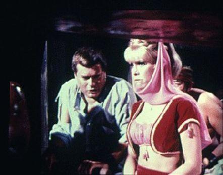 Die total enttäuschte Jeannie (Barbara Eden, r.) will Tony (Larry Hagman, r.)...