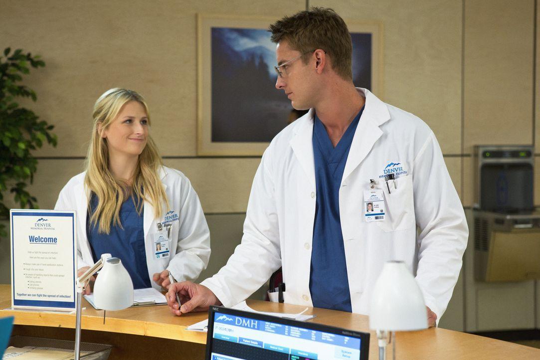 Emily (Mamie Gummer, l.) und Will (Justin Hartley, r.) haben einen etwas sonderbaren Patienten, der behauptet, plötzlich erblindet zu sein ... - Bildquelle: Liane Hentscher 2012 The CW Network, LLC. All rights reserved.