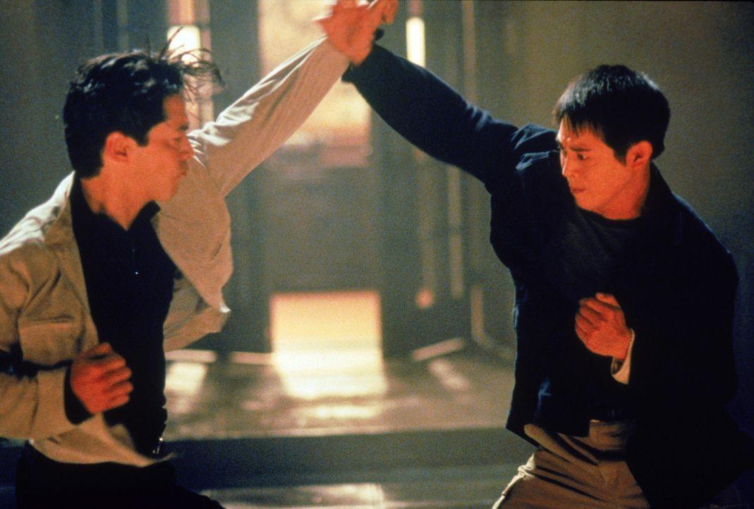 Erst spät erkennt Han (Jet Li, r.), dass sein enger Freund Kai Sing (Russell Wong, l.) ein böses Spiel mit ihm und den verfeindeten Clans treibt ... - Bildquelle: Warner Bros. Pictures