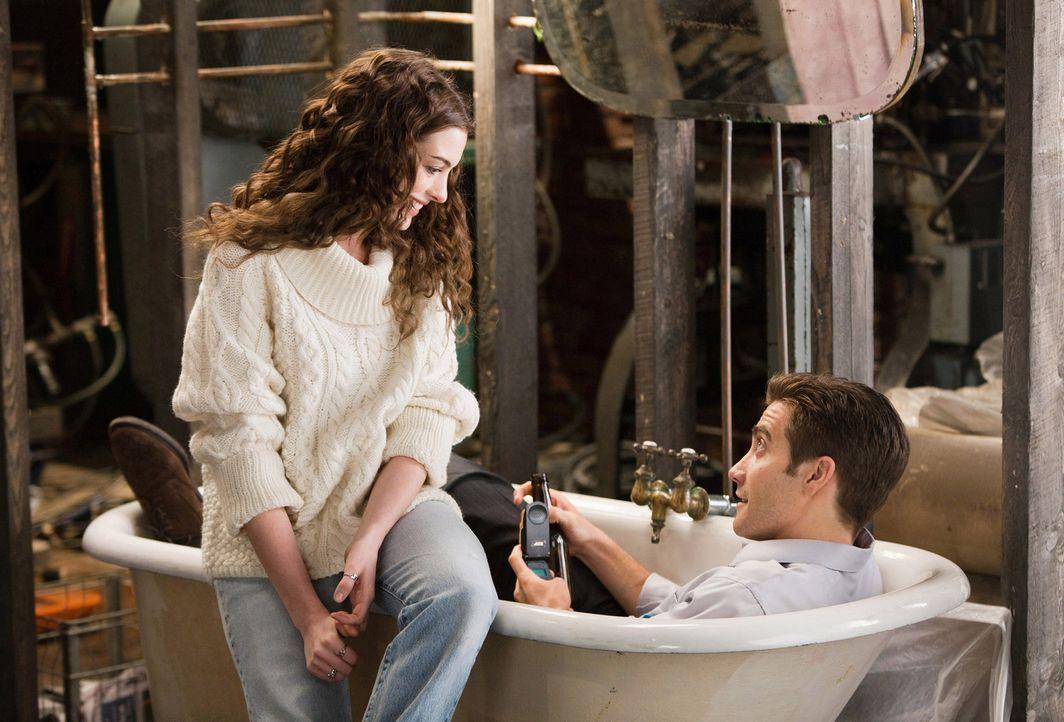 Schnell wird Maggie Murdock (Anne Hathaway, l.) klar, dass die ständigen Bemühungen von Jamie Randall (Jake Gyllenhaal, r.), ihre Krankheit zu hei... - Bildquelle: TM and   2010 Twentieth Century Fox and Regency Enterprises.  All rights reserved. Not for sale or duplication.