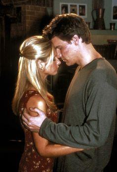 Angel - Nach langer Zeit können sich Buffy (Sarah Michelle Gellar, l.) und An...