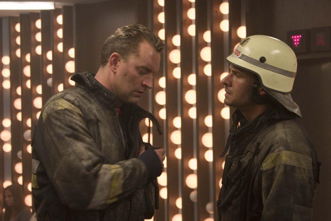 Den beiden Feuerwehrmänner Tom (Stephan Luca, r.) und Henning (Christian Kahrmann, l.) gelingt es, in die brennende Restaurantetage des Fernsehturme... - Bildquelle: ProSieben ProSieben