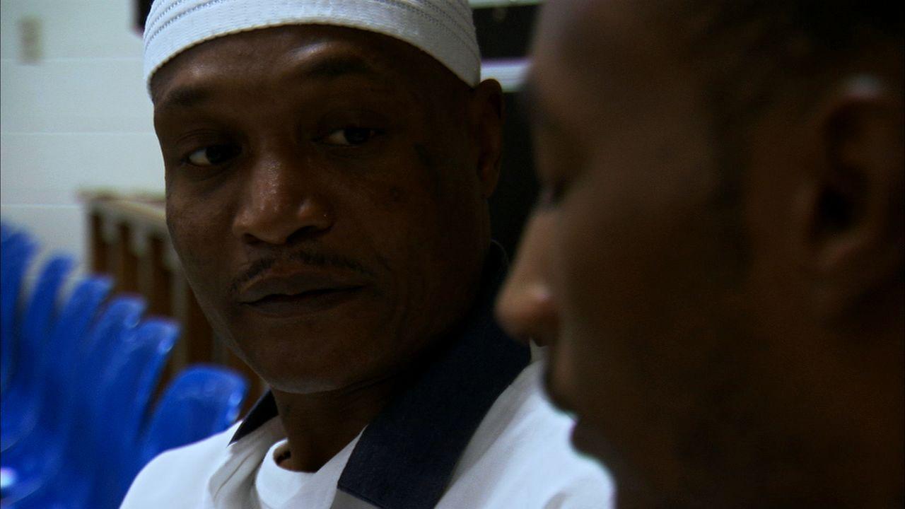 """Earl """"Kareem"""" Smith (l.) ist immer für seine Mitinsassen da. Auch Eugene Howard (r.) vertraut sich ihm an ... - Bildquelle: Ryan Hill part2pictures"""