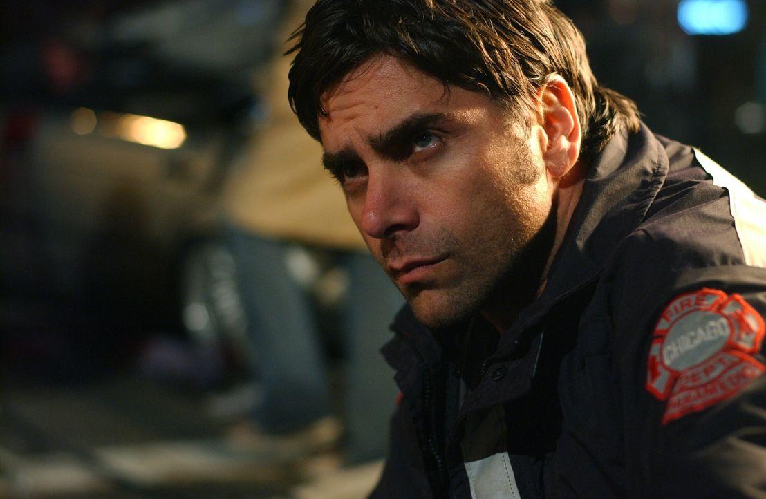Ohne an ihr eigenes Leben zu denken, versuchen Gates (John Stamos) und Neela alles, um die verletzten Menschen zu bergen ... - Bildquelle: Warner Bros. Television