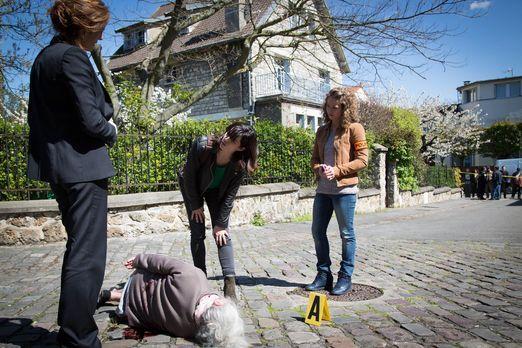 Der Doc (Valérie Dashwood, l.) wird zu einem Tatort gerufen, bei dem eine ält...