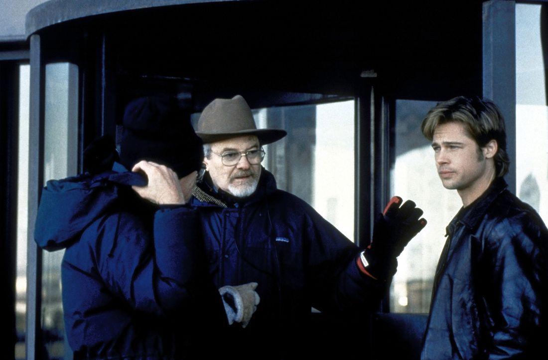 Der sympathisierende Richter Fitzsimmons (George Hearn, M.) bringt den irischen Terroristen Francis McGuire (Brad Pitt, r.) bei dem ahnungslosen New... - Bildquelle: Columbia TriStar