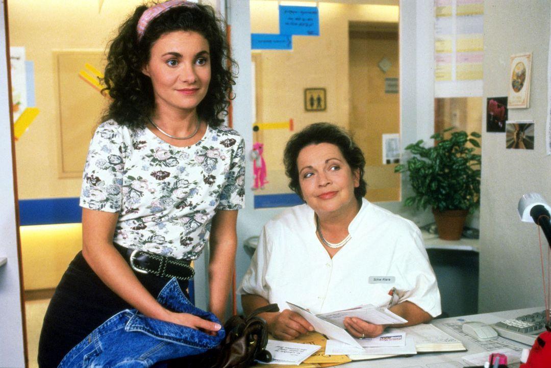 Stefanie (Kathrin Waligura, l.) plaudert ahnungslos mit Schwester Klara (Walfriede Schmitt, r.). In der Zwischenzeit kämpft Schwester Elke verzweif... - Bildquelle: Noreen Flynn Sat.1