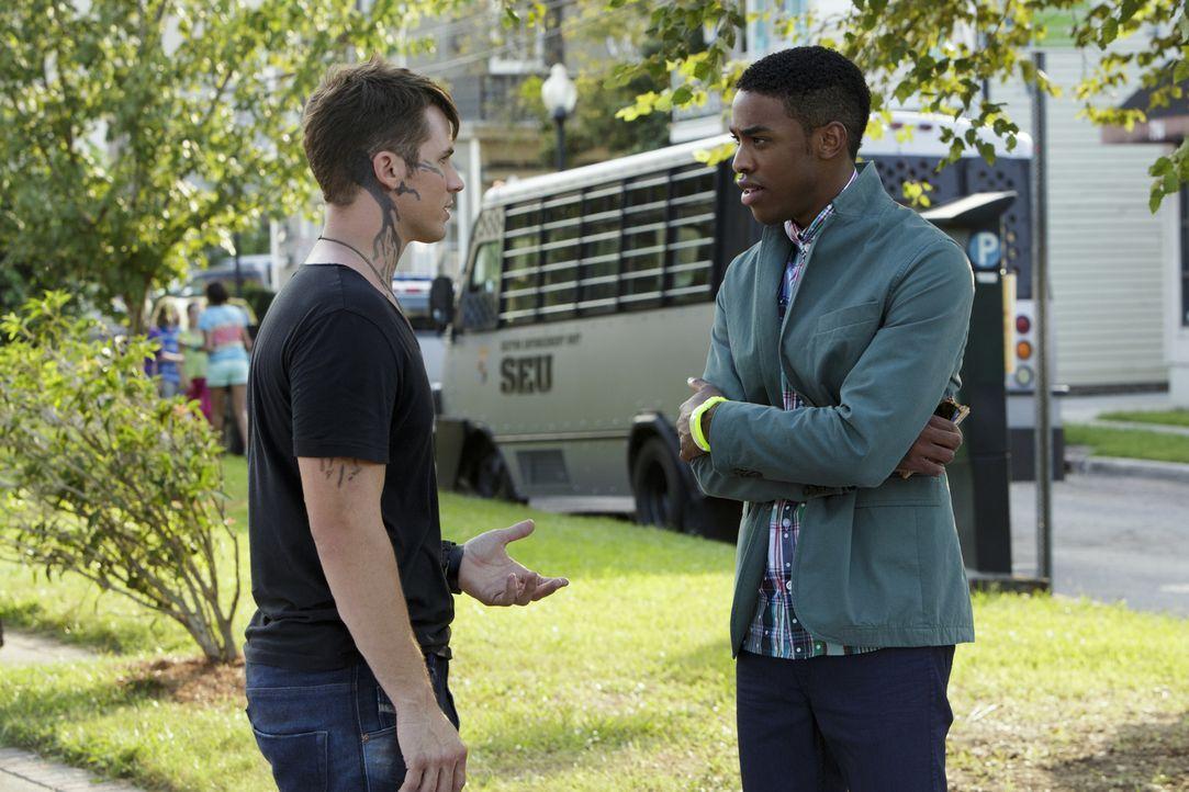 Lukas (Titus Makin Jr., r.) gelingt es, das Handysignal zu lokalisieren, aber werden er und Roman (Matt Lanter, l.) erkennen, was Nox wirklich verhe... - Bildquelle: 2014 The CW Network, LLC. All rights reserved.