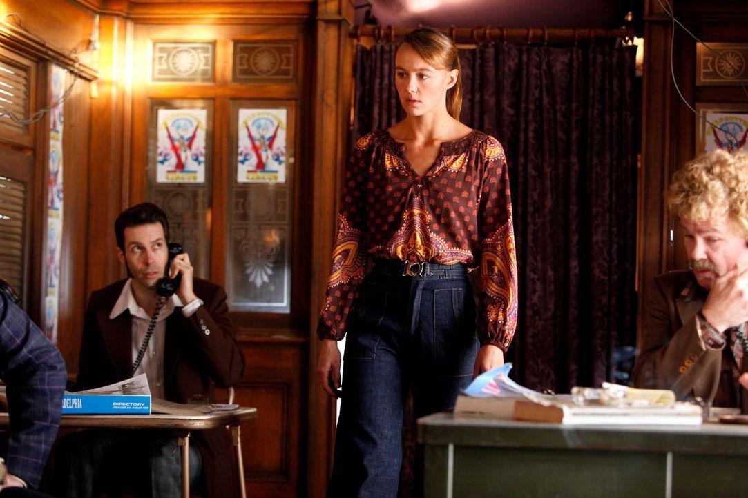 Rückblende: Die Artistin Mia Romanov (Sharni Vinson, M.) ist ziemlich aufgebracht, als sie erfährt mit welchen Methoden Biggie Jones arbeitet ... - Bildquelle: Warner Bros. Television