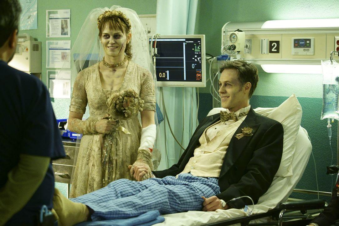 Geben sich im Angels Memorial Krankenhaus das Ja-Wort: Ben (Craig Welzbacher, r.) und Leslie (Sprague Grayden, l.) ... - Bildquelle: Sonja Flemming 2015 ABC Studios