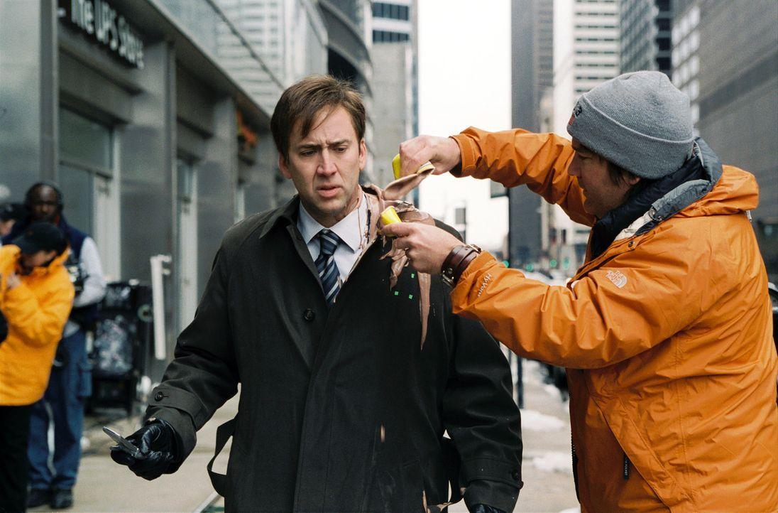 Regisseur Gore Verbinski, r. legt Hand bei Nicolas Cage, r. an - Bildquelle: 2004 by PARAMOUNT PICTURES. All Rights Reserved.