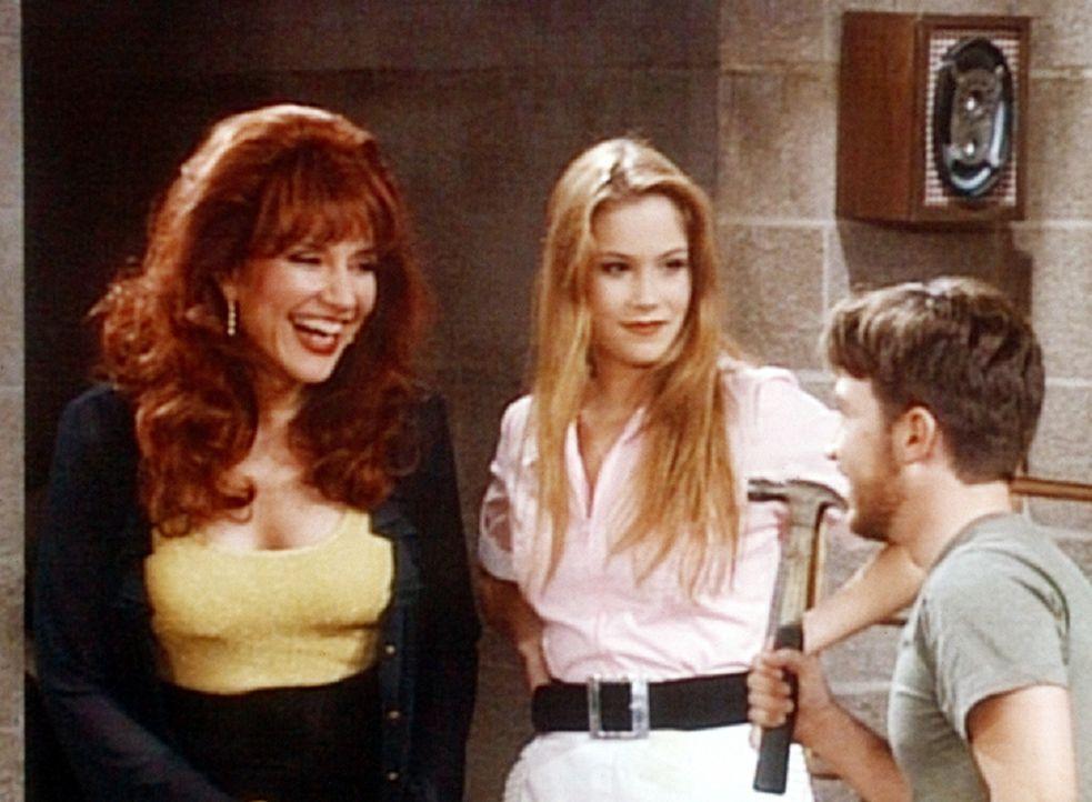 Peggy (Katey Sagal, l.) und Kelly (Christina Applegate, M.) zweifeln an Buds (David Faustino, r.) Verstand. - Bildquelle: Columbia Pictures