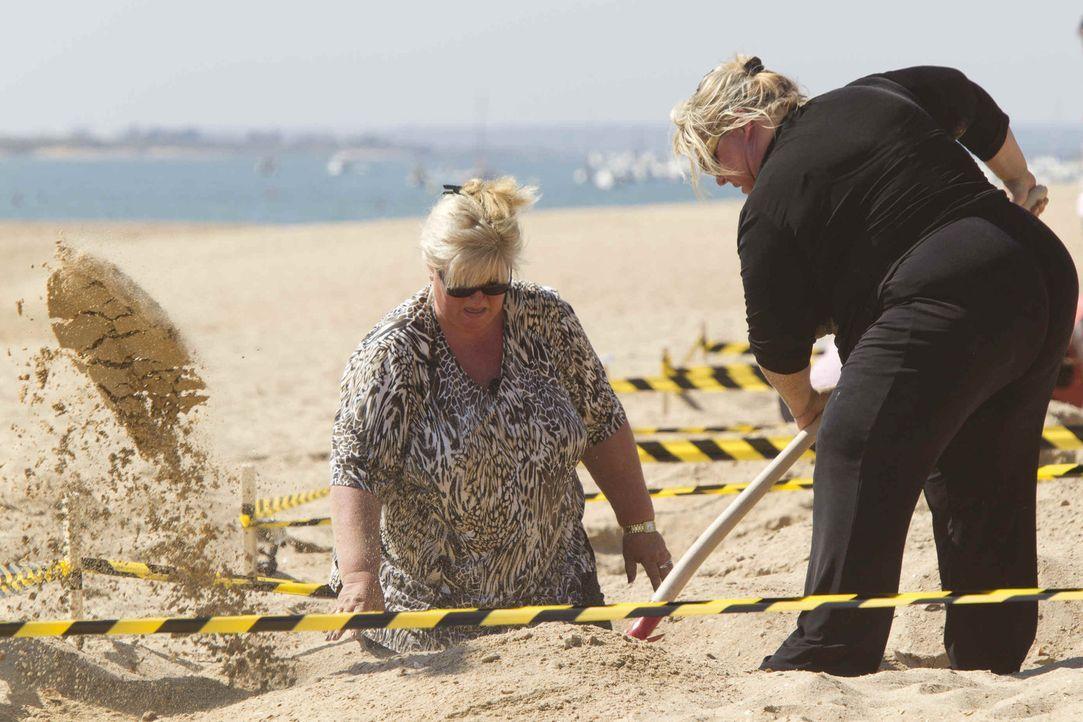 Die Teilnehmer müssen paarweise am Strand Löcher graben. Das ist schwerer als gedacht. Die Sonne und die extra Kilos der Kandidaten führt dazu, dass... - Bildquelle: Enrique Cano SAT.1