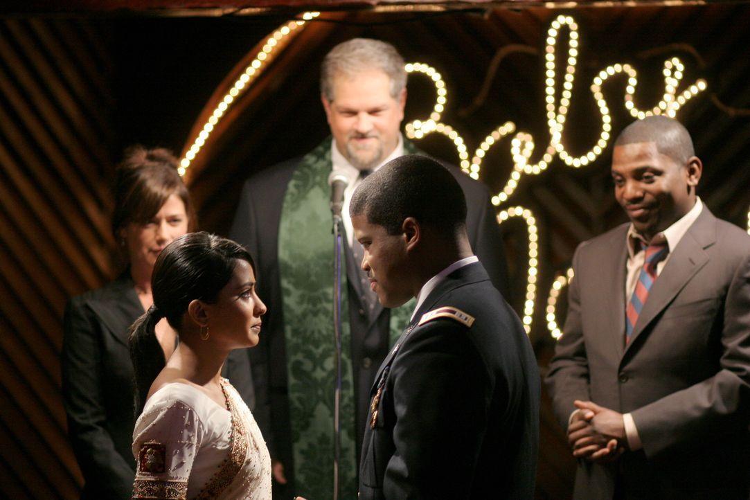 Bei der Trauung von Neela (Parminder Nagra, 2.v.l.) und Michael (Sharif Atkins, 2.v.r.) übernehmen Abby (Maura Tierney, l.), Jerry (Abraham Benrubi,... - Bildquelle: Warner Bros. Television