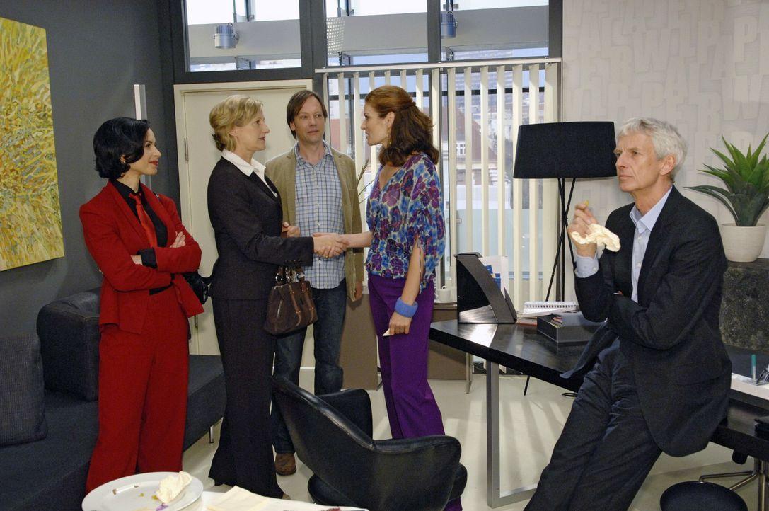 Susanne gewinnt die Ausschreibung für das Catering. v.l.n.r.: Nina Grazer (Nadja Berlinghoff), Susanne (Heike Jonca), Armin (Rainer Will), Natascha... - Bildquelle: Claudius Pflug Sat.1