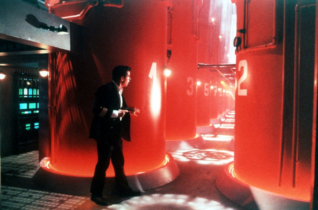 Um die Übergabe des U-Boots zu verhindern, schmuggeln die Sowjets einen KGB-Saboteur an Bord. CIA-Agent Jack Ryan (Alec Baldwin) versucht alles, di... - Bildquelle: Paramount Pictures