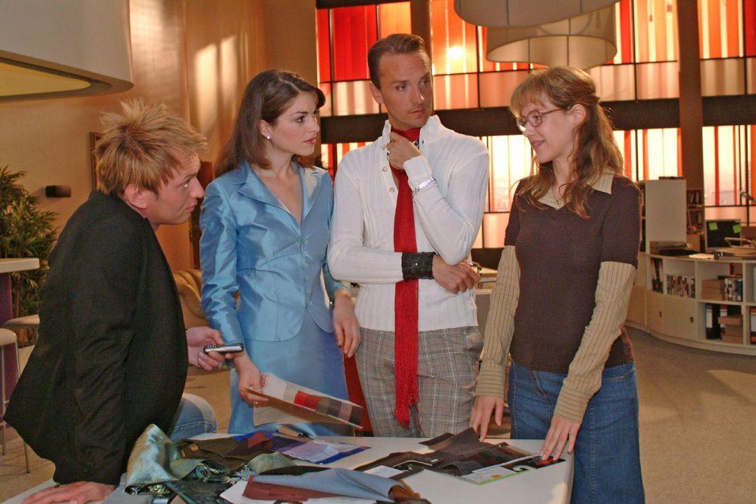 Zum Erstaunen von Hugo (Hubertus Regout, 2.v.r.) und Mariella (Bianca Hein, 2.v.l.) macht Lisa (Alexandra Neldel, r.) dem Fotografen Marc (Jean-Marc... - Bildquelle: Sat.1