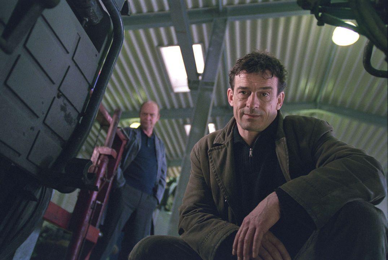 Steiner (Thomas Sarbacher, vorne) konfrontiert Florian an seiner Arbeitsstätte, einer Spedition, mit dem aktuellen Mord. - Bildquelle: Thomas Kost Sat.1