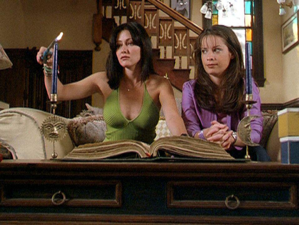 Prue (Shannen Doherty, l.) und Piper (Holly Marie Combs, r.) gelingt es mit Hilfe eines Zauberspruchs, die Gedanken anderer zu lesen. - Bildquelle: Paramount Pictures