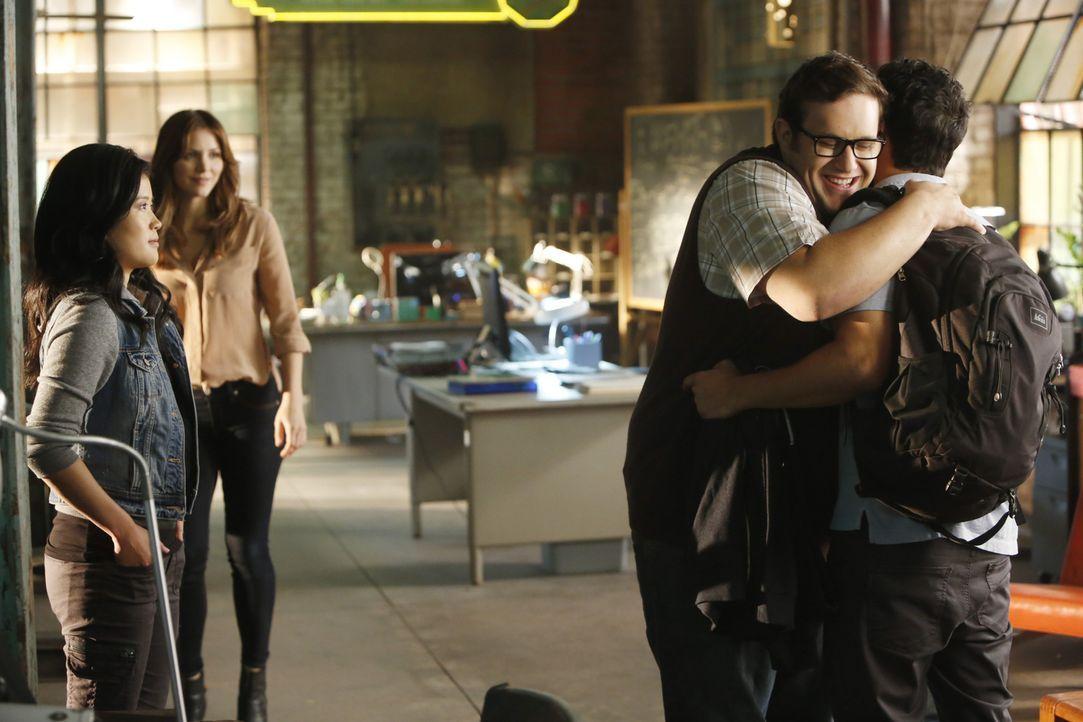Happy (Jadyn Wong, l.), Paige (Katharine McPhee, 2.v.l.) und Sylvester (Ari Stidham, 2.v.r.) sind überglücklich, dass Walter (Elyes Gabel, r.) endli... - Bildquelle: Monty Brinton 2015 CBS Broadcasting, Inc. All Rights Reserved.