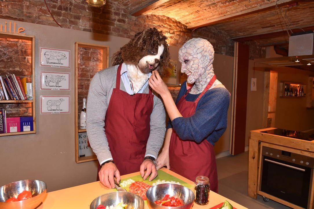 Gehen beim Kochen auf Tuchfühlung: Ricardo (l.) und Eliza (r.) ... - Bildquelle: Andre Kowalski Sixx