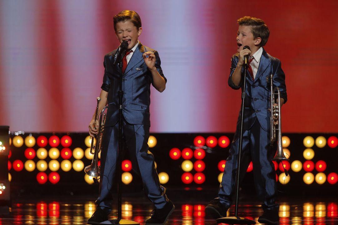 Die beiden Zwillinge Max und Kolbe lieben Musik. Zusammen mit ihren Geschwistern sind sie Pelican 212 und bringen mit ihren Trompeten wirklich jeden... - Bildquelle: Warner Bros.