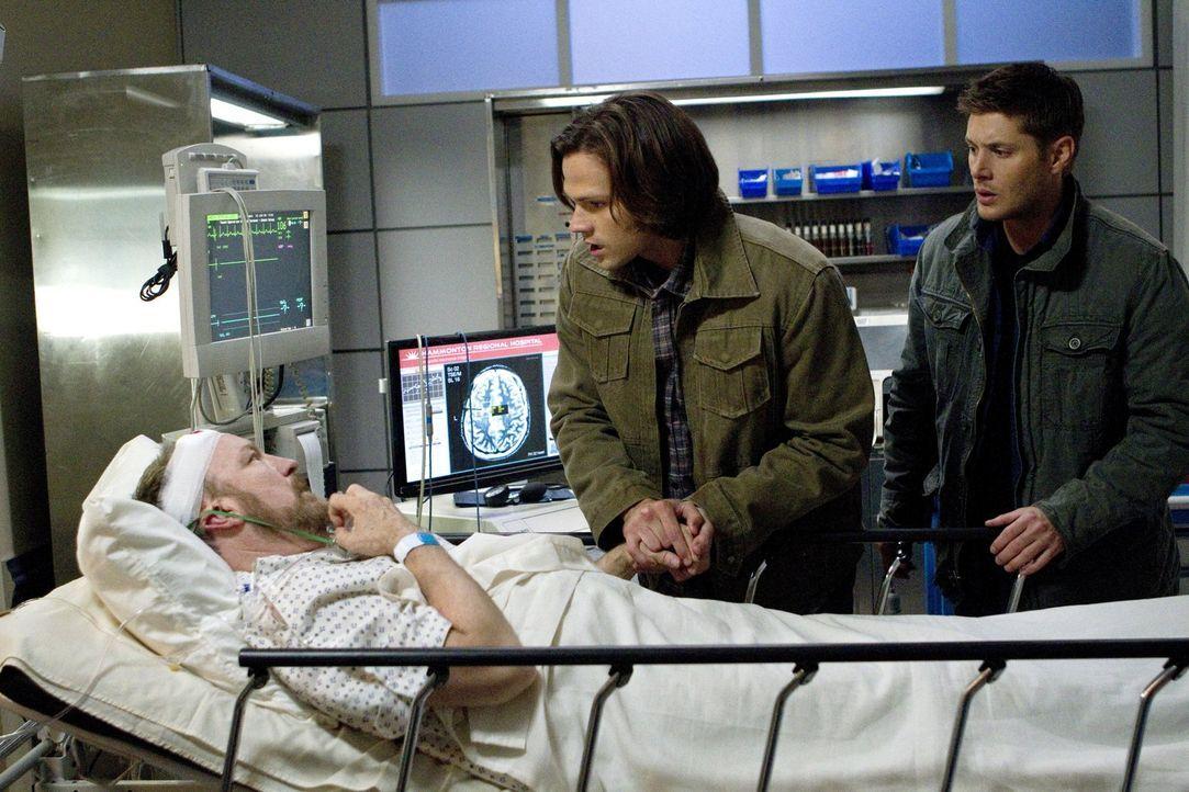 Es steht schlecht um Bobby (Jim Beaver, l.). Doch Sam (Jared Padalecki, M.) und Dean (Jensen Ackles, r.) sind nicht bereit, den Mann, der seit Jahre... - Bildquelle: Warner Bros. Television