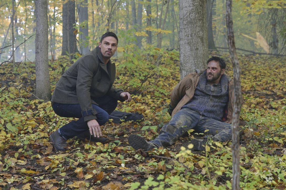 Langsam wird Vincent (Jay Ryan, l.) klar, dass er mit Eddie (Darren Keay, r.) in eine perfekte Falle gelockt wurde ... - Bildquelle: Ben Mark Holzberg 2015 The CW Network, LLC. All rights reserved.