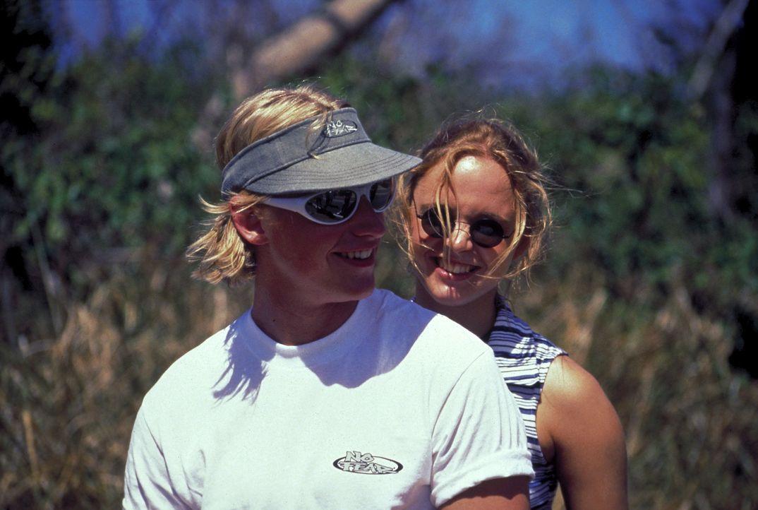 Der Albtraum beginnt: Kaum auf der Karibikinsel angekommen, werden Lizzy (Johanna Klante, hinten) und ihr Freund Volker (Martin Gruber, vorne) in ei... - Bildquelle: Erika Hauri ProSieben