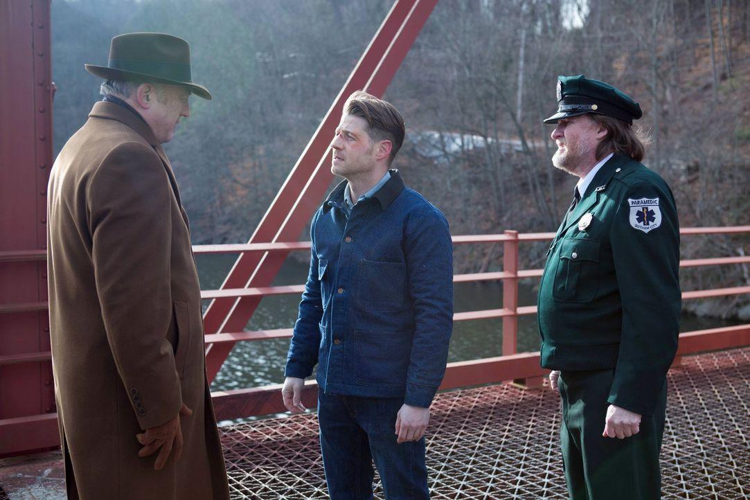 Jim Gordon (Ben McKenzie, M.) sitzt im Gefängnis. Bullock (Donal Logue, r.) versucht derweil, seine Unschuld zu beweisen, doch er kommt keinen Schri... - Bildquelle: Warner Brothers