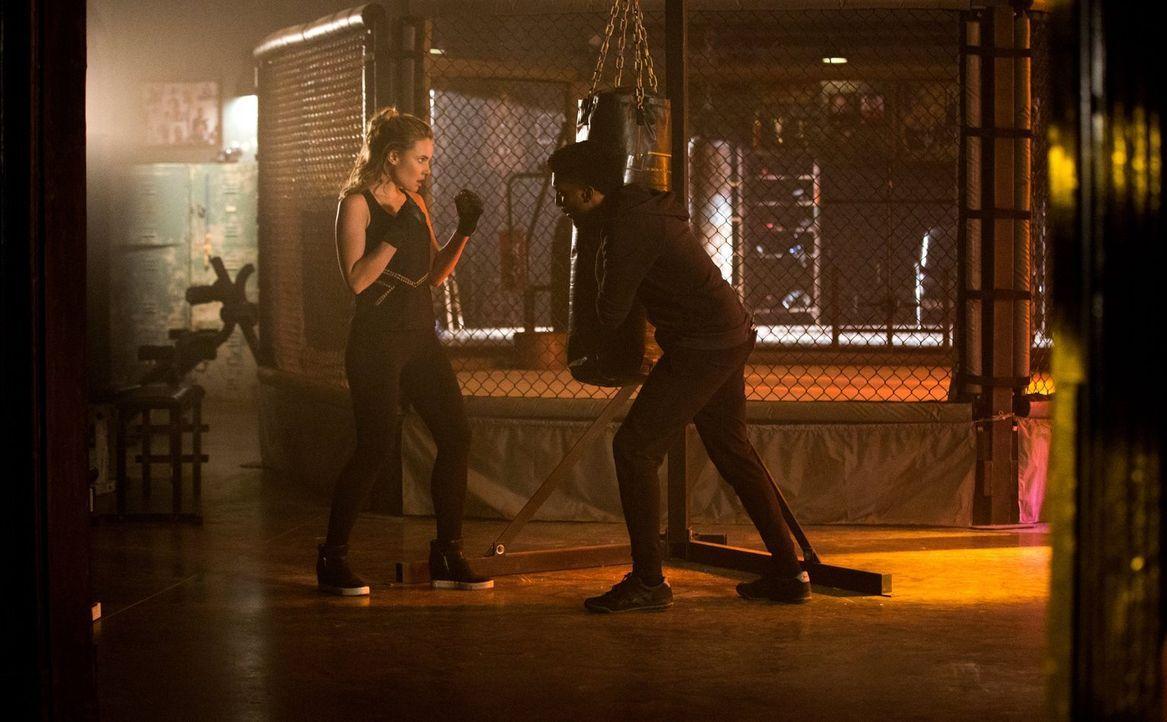 Cami (Leah Pipes, l.) gefällt es überhaupt nicht, dass Klaus Aurora nicht umgebracht hat und Vincents (Yusuf Gatewood, r.) Frage danach, warum sie w... - Bildquelle: Warner Bros. Entertainment, Inc.