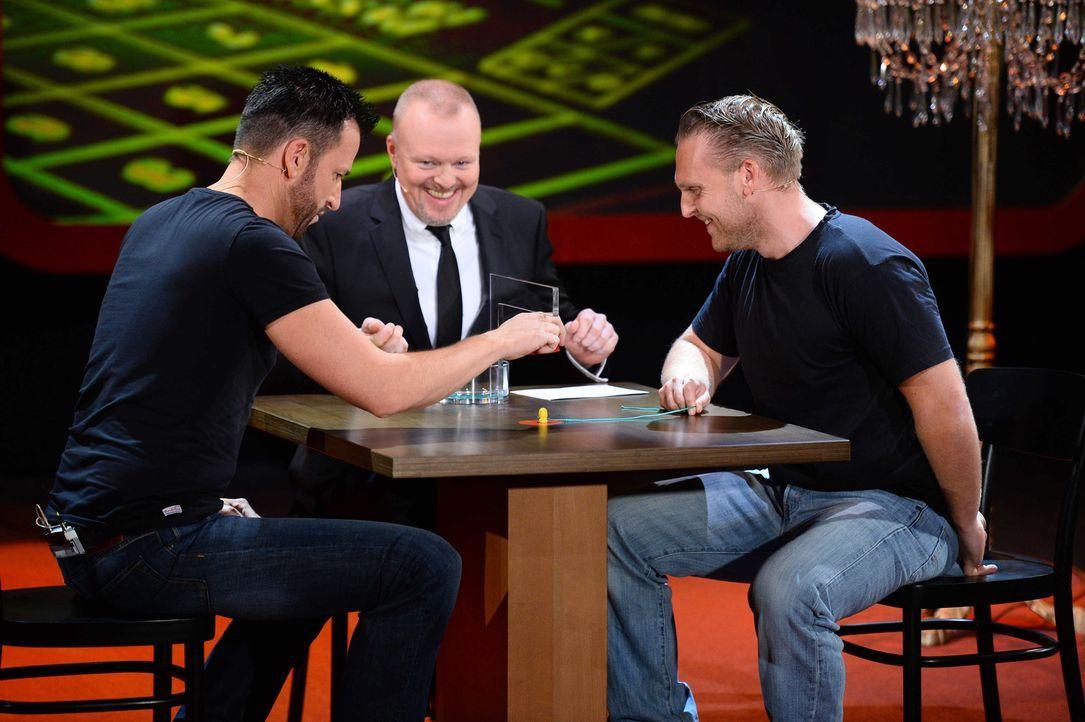 """Stefan Raab (M.) schaut Michael Wendler (l.) und Axel Stein (r.) bei """"Schlag den Star"""" genau auf die Finger ... - Bildquelle: Willi Weber ProSieben"""