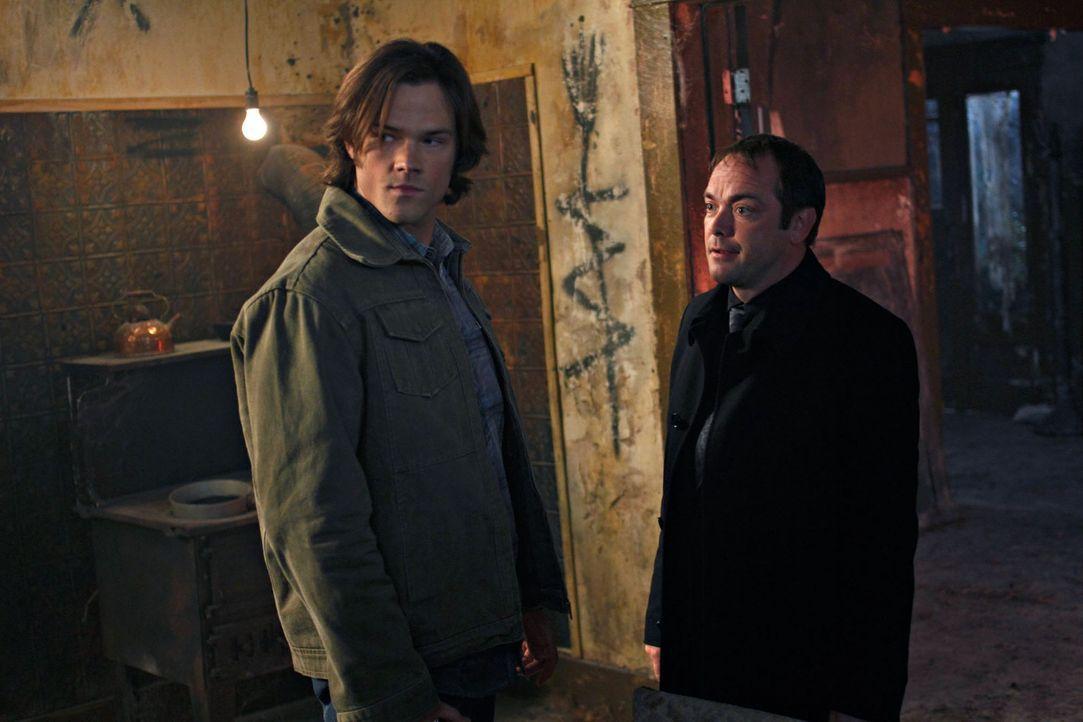 Sam und Dean bekommen von Crowley (Mark Sheppard, r.) Hilfe angeboten, um die Pest zu finden und so in den Besitz des dritten Ringes kommen, damit s... - Bildquelle: Warner Brothers
