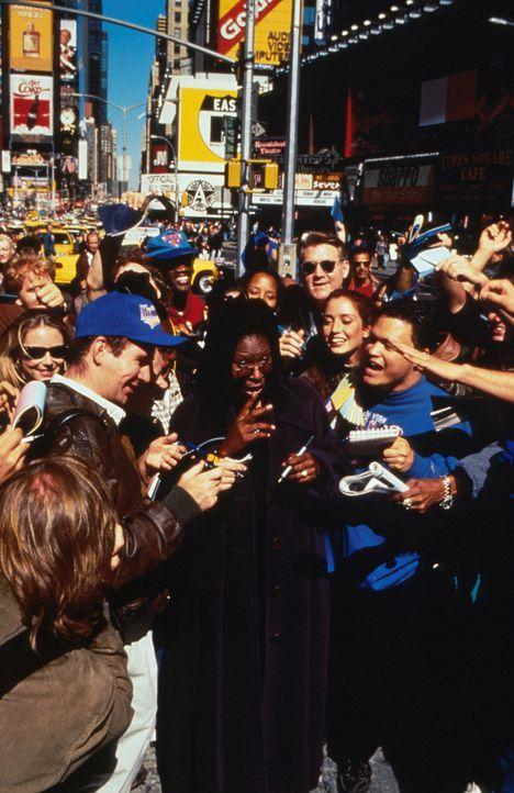 Nachdem Eddie (Whoopie Goldberg, M.) ihr Team zum Sieg geführt hat, wird sie von allen kräftig gefeiert ... - Bildquelle: Myles Aronowitz Buena Vista Pictures