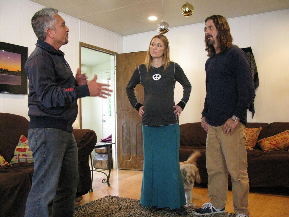 Cesar Millan (l.) hilft heute unter anderem Johnny (r.) und Chandra (M.), die große Probleme mit ihrem Hund Justice haben ...
