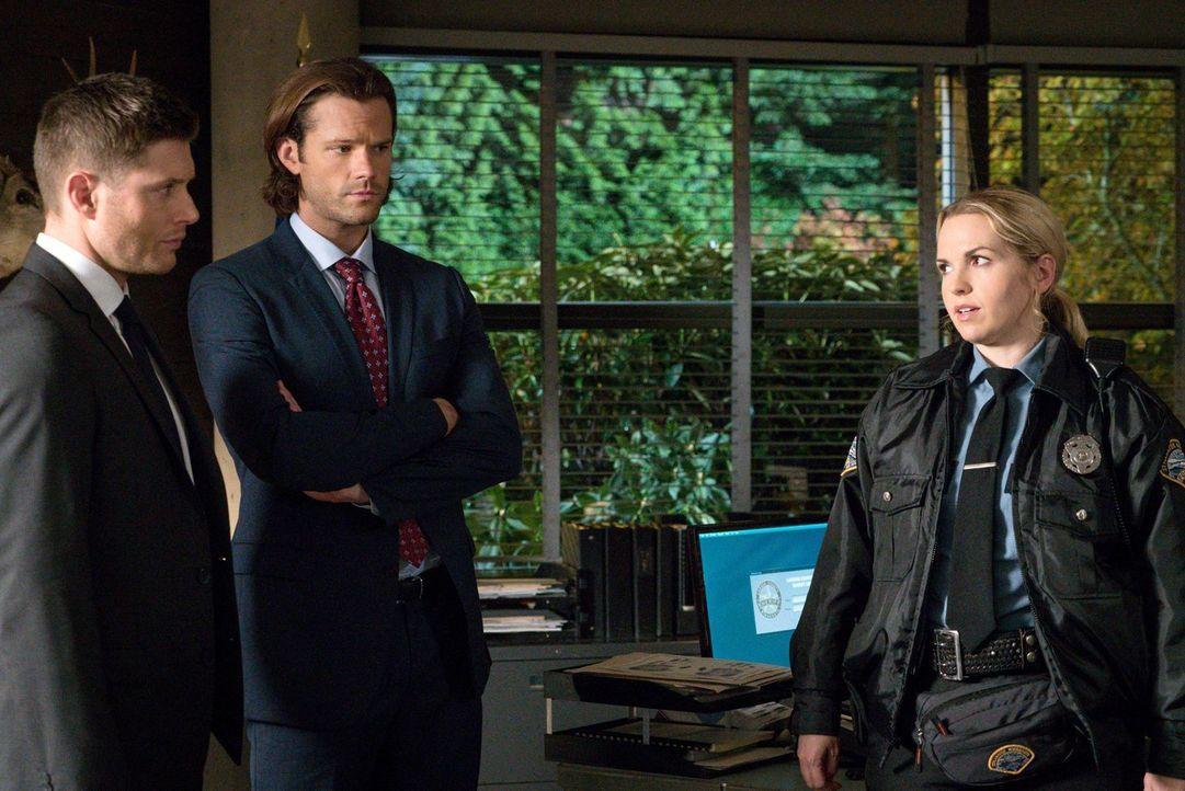 Sheriff Donna (Briana Buckmaster, r.) bittet Dean (Jensen Ackles, l.) und Sam (Jared Padalecki, M.) um Unterstützung, als in ihrer Stadt schrecklich... - Bildquelle: 2014 Warner Brothers