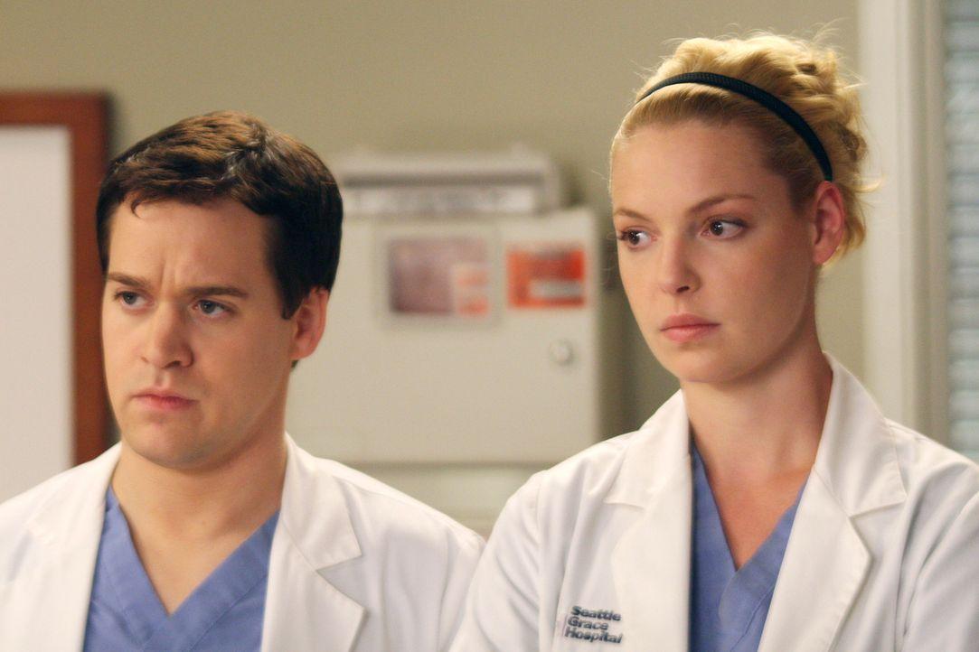 George (T. R. Knight, l.) und Izzie (Katherine Heigl, r.) sind seht betroffen, als sie die 17-jährige Heather sehen ... - Bildquelle: Touchstone Television