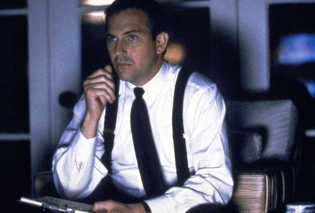 Der Leibwächter Frank Farmer (Kevin Costner) gerät in einen Konflikt zwischen Beruf und Liebe. - Bildquelle: Warner Bros.