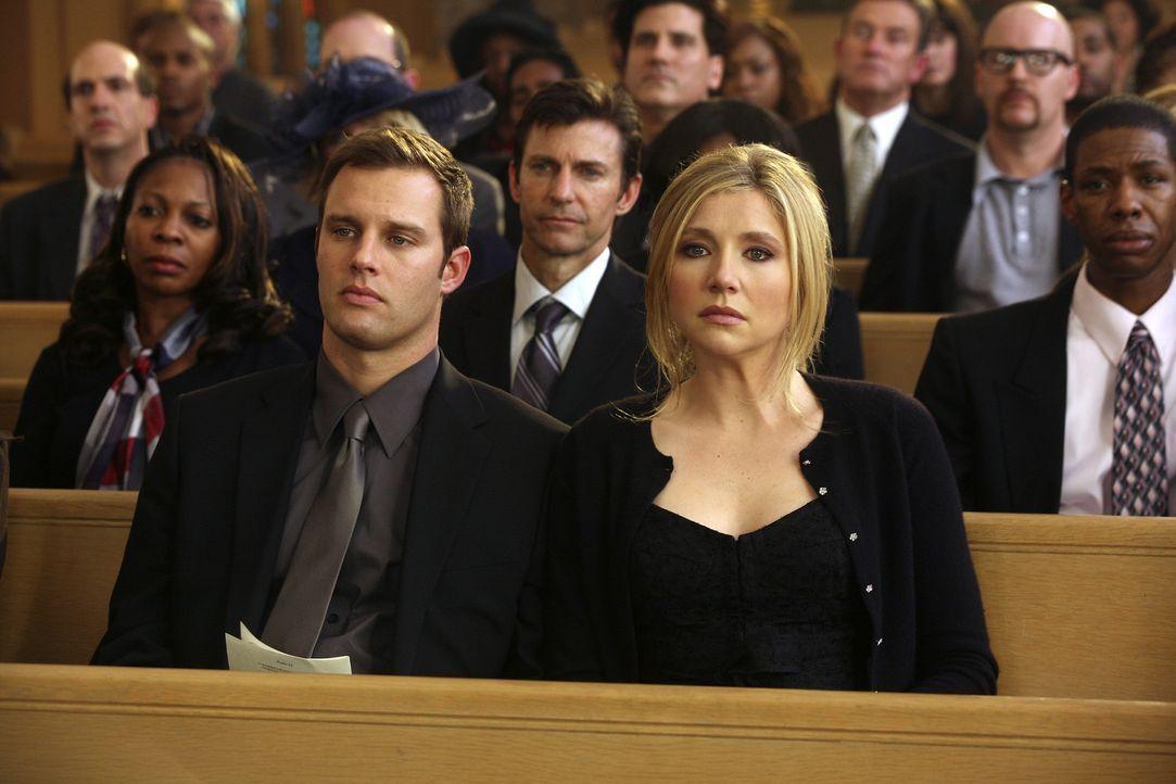 Trauern um Schwester Laverne: Elliott (Sarah Chalke, r.) und Keith (Travis Schuldt, l.) ... - Bildquelle: Touchstone Television